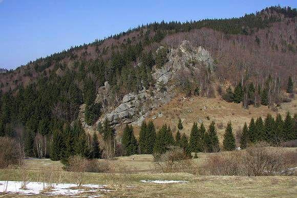 Pulčínské skály - Zámčisko (uprostřed) a vrchol kopce Hradisko (vpravo nahoře), 30.3.2002